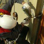 Профессиональный ремонт фасада с использованием промышленных альпинистов