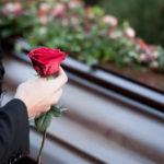 Надгробный памятник не позволит забыть о помершем человеке