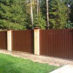 Выбираем забор из профнастила для загородного участка